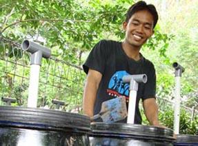 Mujiono Sedang Membuat Kompos